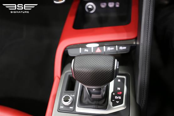 White Audi R8 V10 Spyder Gear Shift