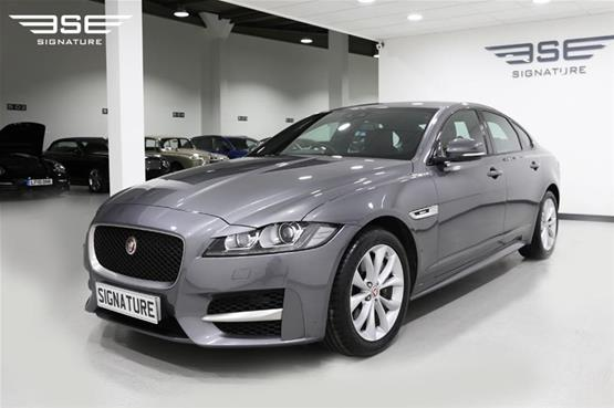 Right Side View of Jaguar XF