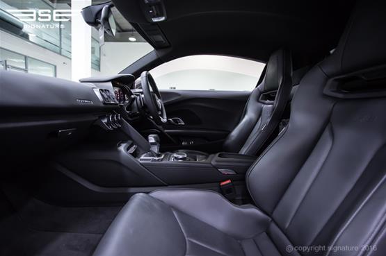 audi-r8-passenger-seat