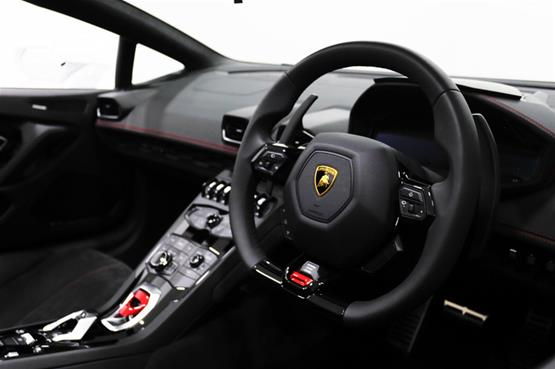 lamborghini-huracan-spyder-white-steering-wheel